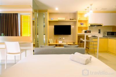 Modern and Spacious Studio with City View @Grand Kamala Lagoon Apartment By Travelio