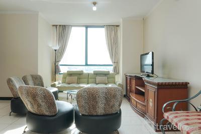 Modern Elegant and Good 3BR at Pangeran Jayakarta Apartment By travelio